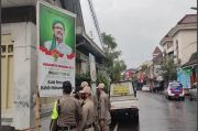 Bersihkan Baliho Habib Rizieq, Satpol PP Kota Malang Dikawal Brimob Bersejata Lengkap