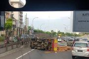 Truk Kayu Terguling, Lalu Lintas Tol Jakarta Tangerang Macet