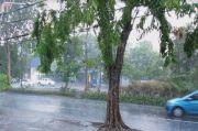 Hujan Deras Disertai Angin Terjang Surabaya, Warga: Semoga Nggak Banjir