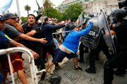 Ingin Lihat Peti Mati Maradona, Fans Bentrok dengan Petugas Kepolisian