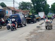 Pengendara Motor Banyak Celaka, Warga Terpaksa Tambal Jalan Rusak