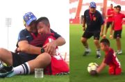 Meleleh Hati Ini Lihat Maradona Bahagiakan Bocah Tak Punya Kaki