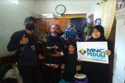 Suka Cita Abah Entis dan Keluarga Terima Bantuan Handphone Baru dari MNC Peduli