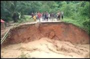 Diterjang Banjir Bandang, Jembatan Penghubung 8 Desa di Leuser Putus Total