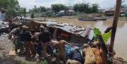 Puluhan Emak-emak Hancurkan Lokasi Judi dan Sabu di Bantaran Sungai Deli