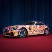 Mercedes Dikritik karena Motif Sweater Liburan di Mobil Ikonik