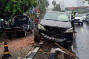 Diduga Jalan Licin, Mobil Tergelincir di Kebon Jeruk