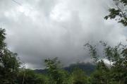 Asap Putih Mengepul Setinggi 75 Meter Dari Kawah Gunung Karangetang