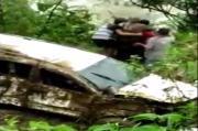 Kendarai Mobil Mewah, Pasangan Suami Istri Terjun ke Jurang Sedalam 50 Meter