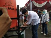 Sebelum Mencoblos, Cawali Surabaya Eri Cahyadi Sungkem Orang Tua