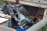 Terjun Bebas, Mobil Hantam Rumah Warga di Batam Pengemudinya Luka-luka