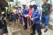 Petugas Damkar Evakuasi Ular Sepanjang 3 Meter di Cilincing