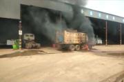 Petugas Pengamanan Brutal Lempari Aksi Buruh dengan Batu, Dibalas Pembakaran Alat berat