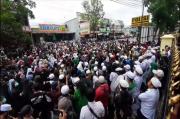 Di Bawah Guyuran Hujan Ratusan Massa Kepung Mapolres Cianjur, Tuntut Pembebasan Habib Rizieq