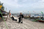 Sampah Berserakan, Mahasiswa Unusa Gotong Royong di Pantai Kenjeran