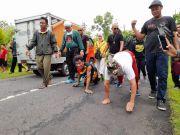 Jagonya Menang Pilkada Gunungkidul, Relawan Ini Rela Merangkak 21 Kilometer
