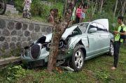 Mesin Rusak, Sedan Jaguar Hantam Pohon di Salatiga