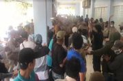 Massa Mengamuk di Rapat Pleno Pilkada Pesisir Barat, Komisioner KPU Dievakuasi Polisi