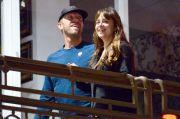 Kepergok Pakai Cincin Zamrud di Jari Manis, Dakota Johnson Diduga Sudah Dilamar Chris Martin