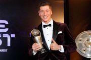Sampai Rumah, Lewandowski Kelonan dengan Trofi Pemain Terbaik FIFA 2020