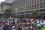 Polisi Pukul Mundur Massa Aksi 1812 di Depan Gedung Bank Indonesia