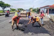 Perbaikan Jalan Berlubang di Jalur Pantura Losari Terkendala Cuaca