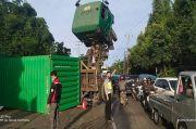 Tak Kuat Nanjak, Truk Kontainer Terbalik di Cileungsi Bogor