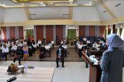 Bupati Luwu Utara Serahkan SK Pensiun ke Guru yang Mengajarnya di Bangku SD