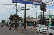 Bilboard dan Tiang Listrik Berdiri di Tengah Jalan Puspiptek Tangsel