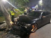 Lepas Kendali, Sedan BMW Ringsek Tabrak Pohon di Surabaya