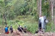 Gagal Lewati Tanjakan, Minibus Sarat Penumpang Masuk Jurang Sedalam 50 Meter