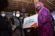 Perjalanan Darat ke Jakarta, Mensos Risma Sempatkan Beri Bantuan ke Kaum Difabel di Ponorogo