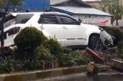 Hilang Kendali, Fortuner Seruduk Motor Parkir dan Nyangkut di Pembatas Jalan