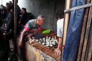 Markas FPI Petamburan Genting, Dua Bapak Ini Santuy Main Catur