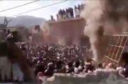 Massa di Pakistan Mengamuk dan Bakar Kuil Hindu Berumur Seabad