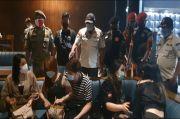 Lagi Asyik Tegak Miras, Wanita-wanita Seksi di Kafe Holywings Gold Kaget Dibubarkan Satpol PP