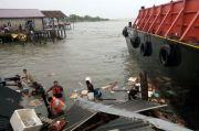Dihantam Angin Kencang Disertai Hujan Lebat, Kapal Tongkang Terjang 5 Rumah di Batam