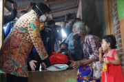 Bawa Sembako, Mensos Risma Blusukan di Eks Lokalisasi Mojokerto