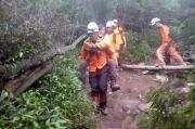 Tim SAR Gabungan Evakuasi Remaja Pendaki Gunung Sindoro yang Lemas