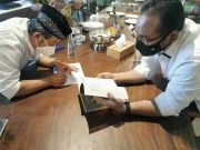 Kemesraan Dua Ikon NU-Muhammadiyah, Prof Muti Hadiahi Gus Yaqut Buku