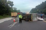 Mobil Boks Tabrak Fuso Bermuatan Rongsokan di Tol Cipularang, 1 Meninggal dan 1 Terluka