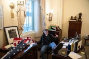 Kurang Ajar, Perusuh Capitol Ini Garuk Kemaluannya di Meja Ketua DPR AS