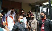 Habib Rizieq Tinggalkan Polda Metro Jaya, Kenakan Gamis Putih Berbalut Baju Tahanan