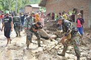 Ratusan Anggota Kodim 1402/Polmas Bersihkan Sisa Material Banjir Bandang dan Longsor di Tapango
