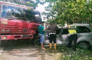 Hendak Salip Kendaraan, Avanza Malah Adu Kambing dengan Fuso
