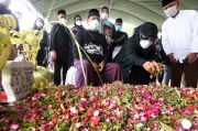 Tangis Pecah Saat Peti Jenazah Co-Pilot NAM Air Fadly Satriyanto Masuk Liang Lahat