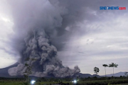 Gunung Semeru Keluarkan Asap Hitam, Begini Penjelasannya