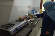 Gubernur Khofifah Meramu Empon-empon di Dapur Pakai Masker