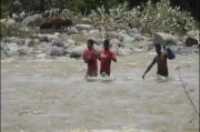 Warga NTT Harus Bertaruh Nyawa Menyeberangi Banjir untuk Mendapatkan Kebutuhan Pokok