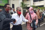 Ayah Tua Renta Digugat Anak Kandung Rp3 Miliar, Dipapah Jalani Sidang Pengadilan
